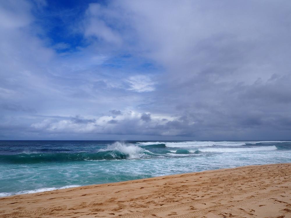 最初はサンセットビーチからスタート。巨大な波が圧巻