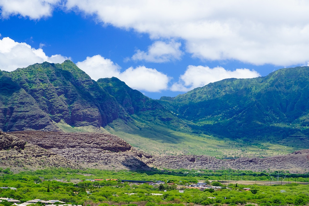 北側には雄大なワイアナエ山脈が連なる (PHOTO/Tomohito Ishimaru)