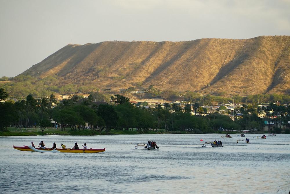 夕方のアラワイ運河。こんな感じでアウトリガーカヌーチームが練習していたり、ジョギングや犬の散歩をさせていたり、ハワイのザ・日常です (PHOTO/Tomohito Ishimaru)