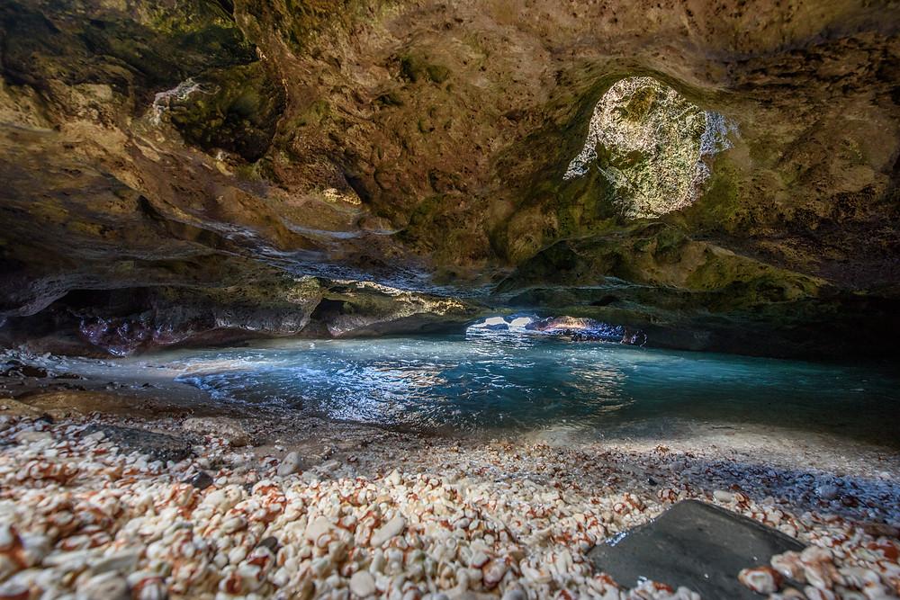 最近インスタ等でも盛り上がっている場所。狭い洞窟ですが、貸し出し用のスマホ用ワイドレンズを使って撮っていただきました