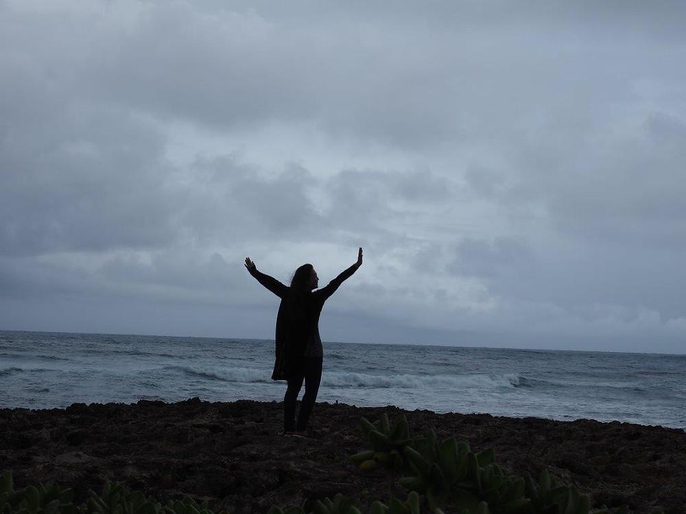 海に向かって不思議な踊りを踊るMさん(笑)。Yさん撮影