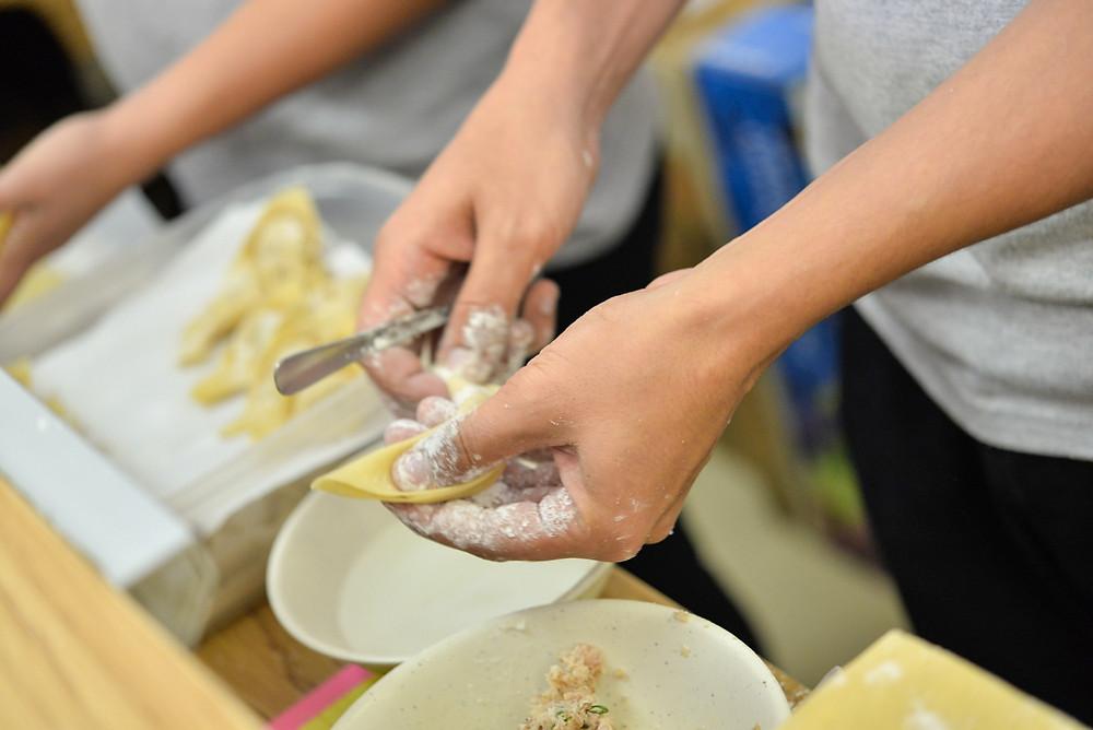 麺だけでなく、サイミンに欠かせない具として定番のワンタンも手作りです(PHOTO/Tomohito Ishimaru)