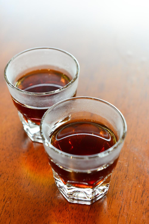 桑原さんが産地別、淹れ方別に分けて淹れてくれたコーヒーを飲み比べる。見た目は大差ないのに風味が全く違うことに驚きます(Photo/Tomohito Ishimaru)