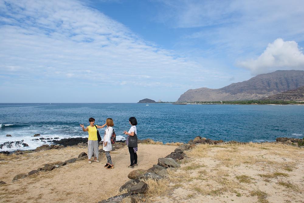西海岸屈指のヘイアウ「クイリオロア・ヘイアウ」にて。ヘイアウの意味や古代ハワイアンの儀式などさまざまなことを説明してくれます (Photo/Tomohito Ishimaru)