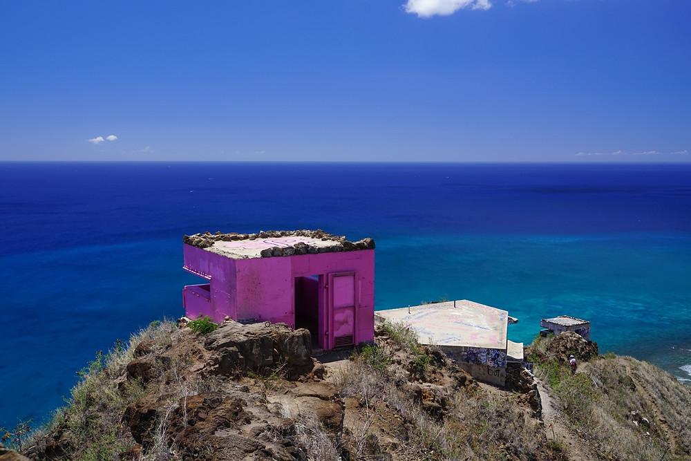 ピンクピルボックスに来たからには、これを入れて撮らねば。背後にちょうどよい別の丘があって、そこから撮るとこんな感じでバックに海を入れられます。ピンクとブルーがいい感じ(PHOTO/Tomohito Ishimaru)