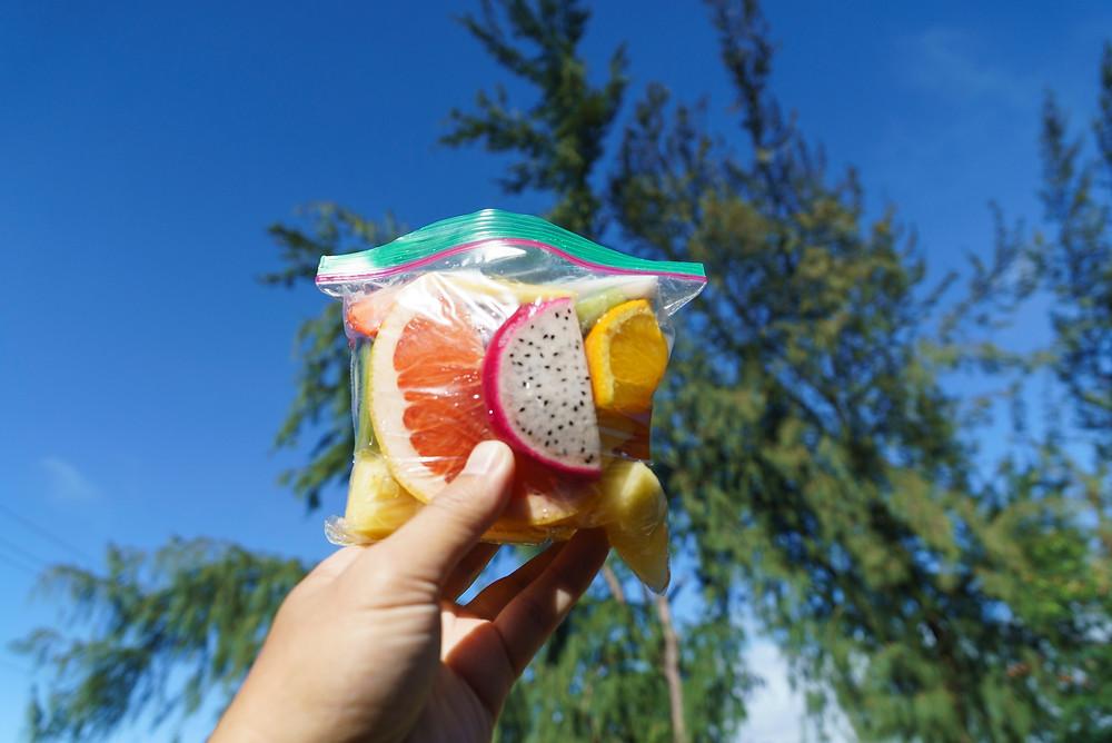 トレイル前にフルーツパックを買っていくのもよいかと。写真の小さな袋詰めで5ドル。なかなかのお値段です(Photo/Tomohito Ishimaru)