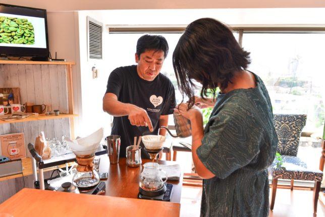 桑原さんが目の前で注ぎ方を教えてくれます(Photo/Tomohito Ishimaru)