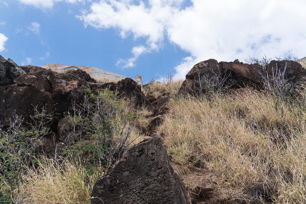 目指すピルボックスの直前が結構な岩場。ここは両手をつく必要があるほどの斜面です(Photo/Tomohito Ishimaru)