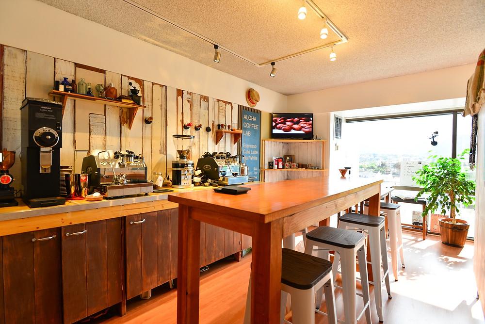 ALOHA COFFEE LABの内観。講座は全て少人数なので椅子も少なく、教室というより友達の家のキッチンに来たみたいな雰囲気 (Photo/Tomohito Ishimaru)