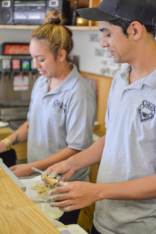 手慣れた手つきで一つ一つ餡を包み込むスタッフ。楽しそうに作業している姿が印象的でした (PHOTO/Tomohito Ishimaru)