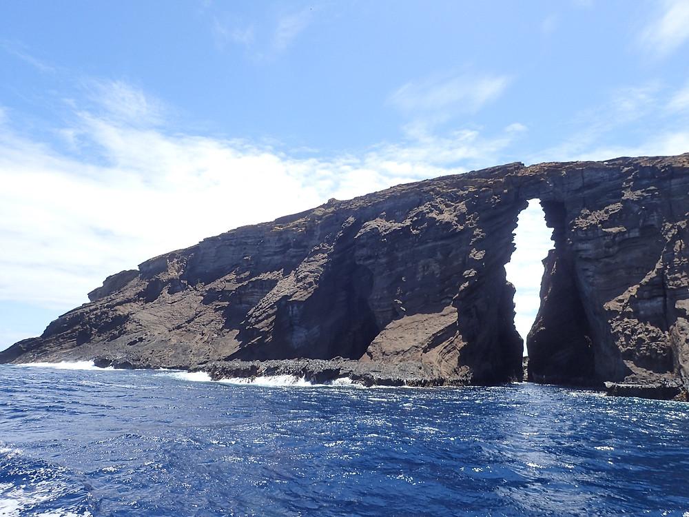 岩に亀裂が入ってます。この近辺を潜ります (Photo/Tomohito Ishimaru)