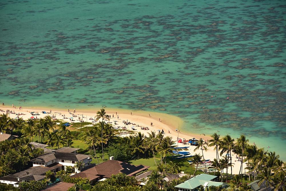 """望遠レンズで北側を狙えばラニカイビーチとリーフの広がる海を切り取れます(PHOTO/TOMOHITO ISHI""""MARU"""")"""