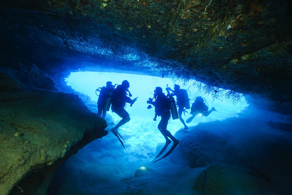 狭い洞窟内を潜るのはそれなりのスキルが必要(Photo/Tomohito Ishimaru)