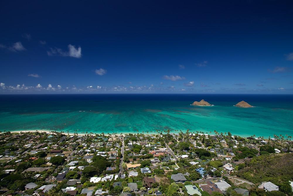 """この景色をなんと表現すれば良いのでしょう。ラニカイの街、ラニカイビーチ、からの青い海、そして青い空。僕の中でオアフ島で3本の指に入る絶景です (PHOTO/TOMOHITO ISHI""""MARU"""")"""