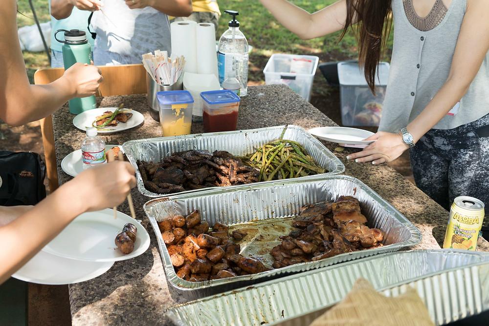 肉、野菜、ハンバーガー、焼きそばまでいろいろいろいろ出てきてお腹いっぱい