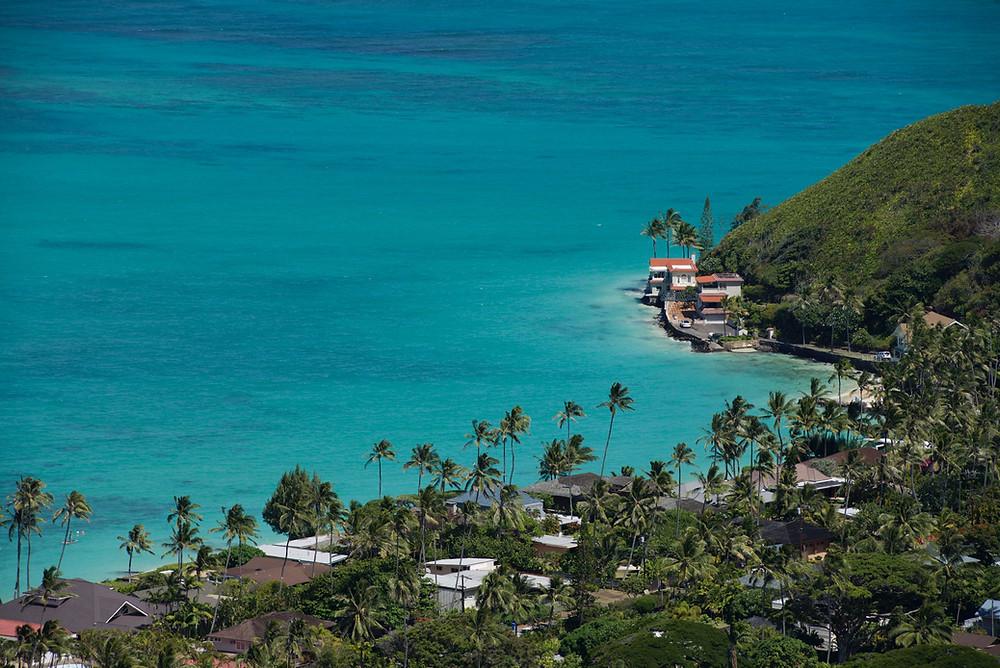 """望遠レンズを持っているなら風景を切り取ってみましょう。200mmで南側を撮った写真です。タヒチみたいな海の色です。しかしオレンジの屋根の家、すごい絶景なんだろうな (PHOTO/TOMOHITO ISHI""""MARU"""")"""