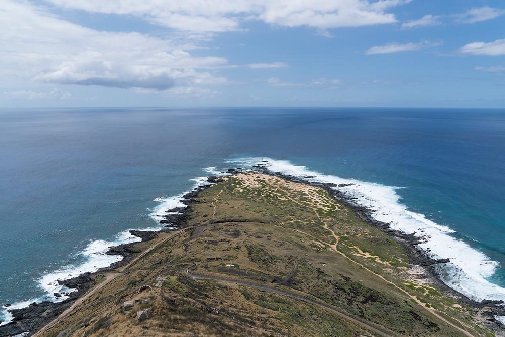 オアフ島の最西端 Kaena Point。岬の向こうにはただただ大洋が広がる(Photo/Tomohito Ishimaru)