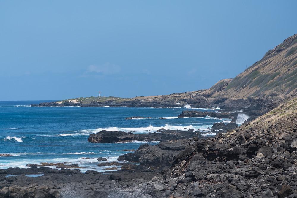 駐車場から10分程度歩いたところで、海の視界が開けて遠くに鉄塔が見えます。そこが目指すカイナポイント。結構遠く感じるけど海を見ながら歩くとあっという間、なはず!?(Photo/Tomohito Ishimaru)