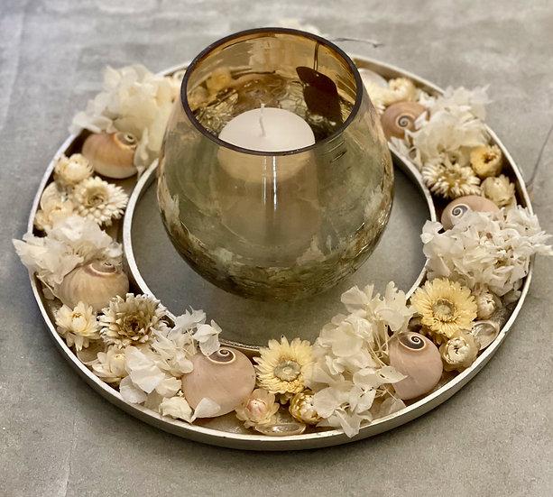 Metallkranz mit Windlicht und Kerze