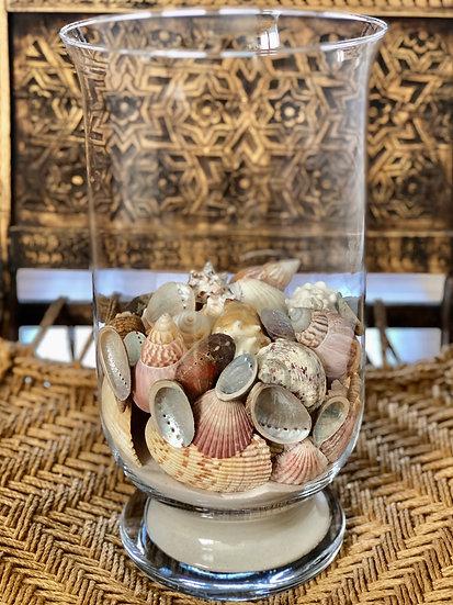Grosse Glasvase mit Sand und Muscheln