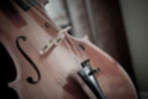 joven tocando violoncello