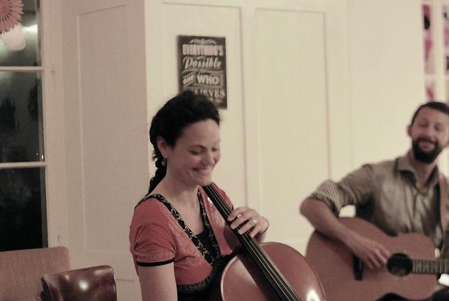 Kafi Good, Salome - Cello, Ukulele, Gesang/ Stephan: Songwriting, Gesang und Gitarre in veschiedenen Formationen und Umgebungen
