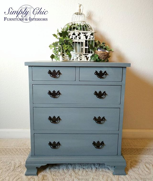 This sweet little bachelor's night stand