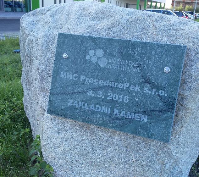 Pískované či sekané nápisy do kamene - základní kámen Molnlycke, Havířov