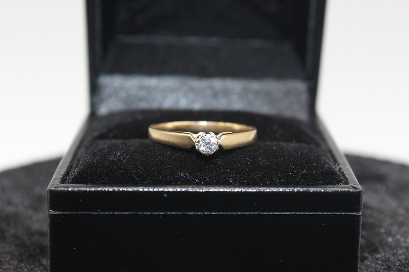 A 18ct gold diamond ring, size I, weighing 1.3g