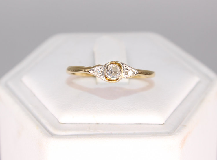 A 18ct gold & 15 PTS diamond ring, size R, weighing 2.1g