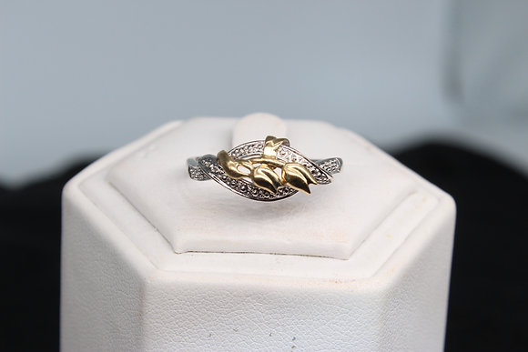 A 9ct gold ring, size S, weighing 2.7g