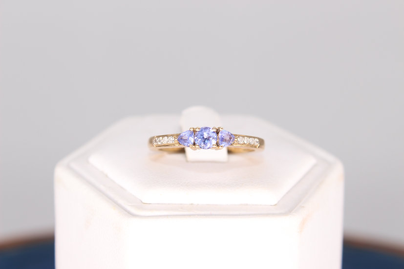 A 9ct gold & Tanzanite ring, size P, weighing 2.4g