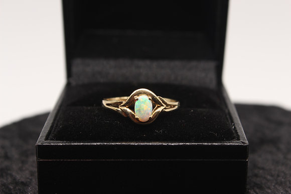 A 9ct gold and opal ring, size M, weighing 1.5g