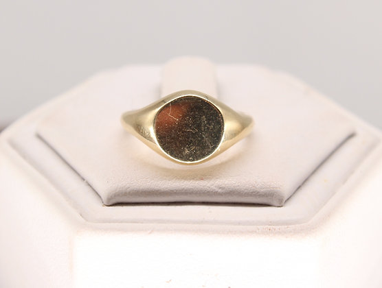 A 9ct child's/petite gold signet ring, size H, weighing 2g
