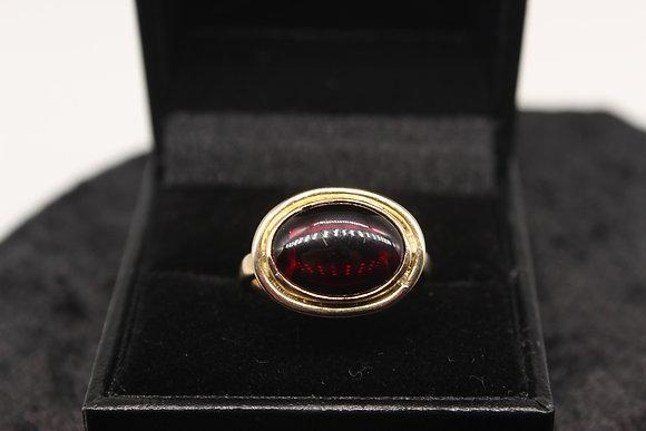A 9ct gold garnet ring, size O, weighing 5.2g