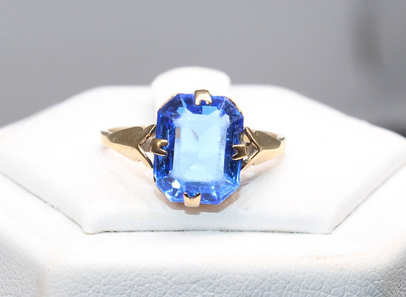 A 9ct gold ring, size L, weighing 1.9g