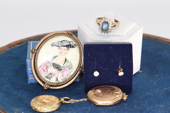 A costume jewellery collection