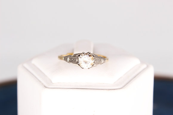 A 18ct gold clear stone ring, weighing 2.6g