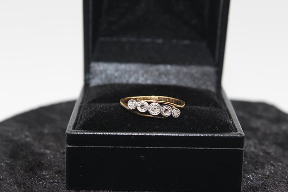 A 18ct gold diamond ring, size M, weighing 2.3g