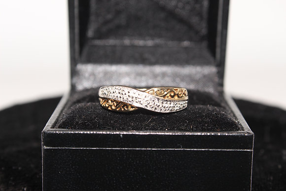 A 9ct gold ring, size Q, weighing 2.4g