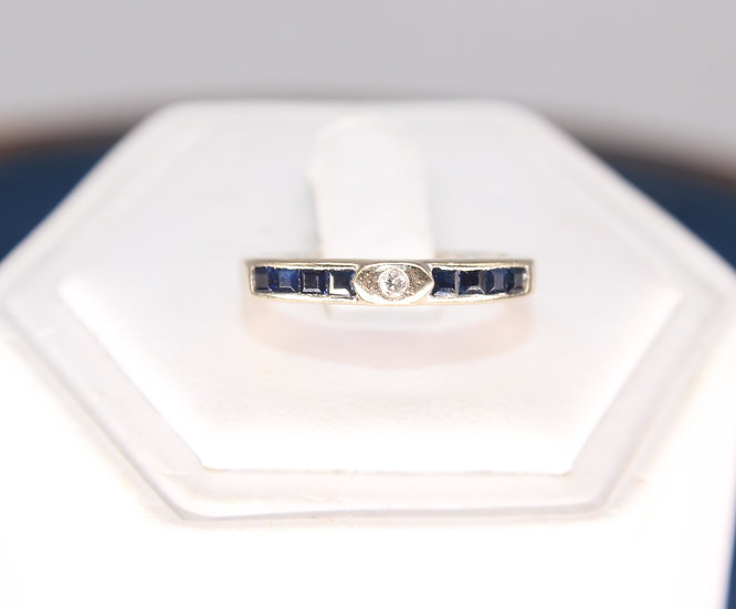 A 18ct gold, diamond & sapphire ring, size M, weighing 2.7