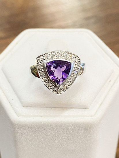 A 9ct white gold & amethyst ring, size O, weighing 2.8g