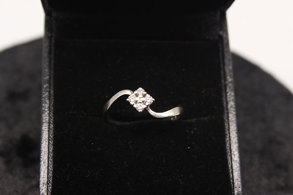 A 18ct gold diamond ring, size M, weighing 2.7g