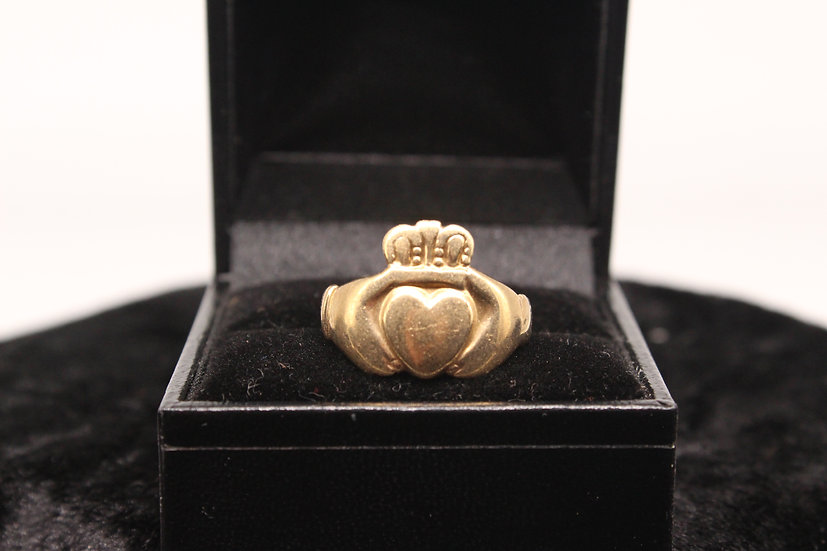 A 9ct gold ring, size R , weighing 4.1g