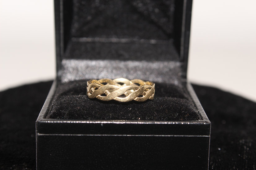 A 9ct gold ring, size O, weighing 1.8g