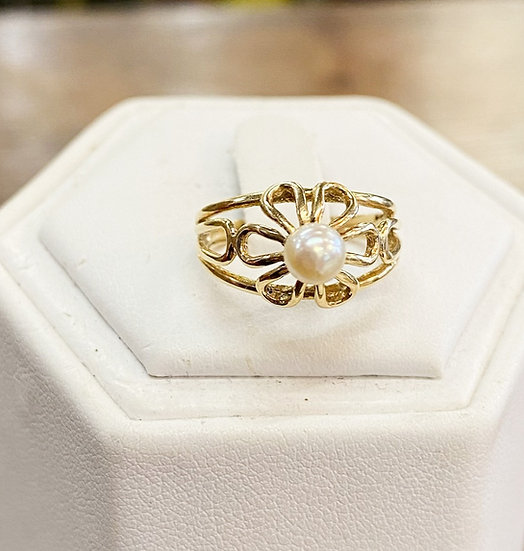 A 9ct gold ring, size I, weighing 2.7g