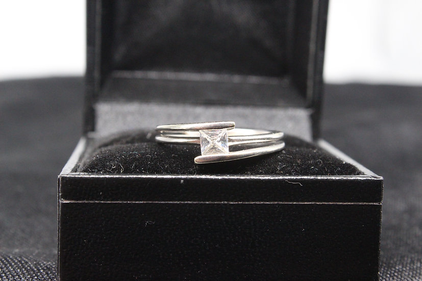 A 9ct gold ring, size O, weighing 3.1g
