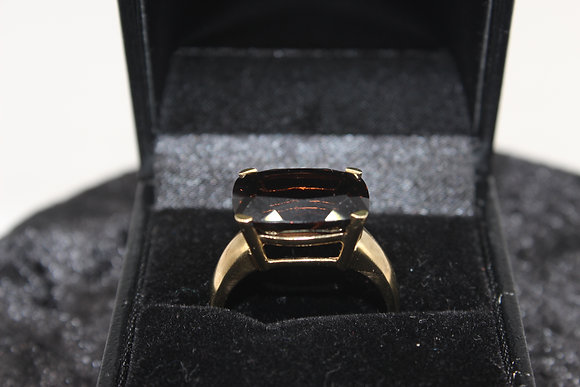 A 9ct gold ring, size s , weighing 4.4g