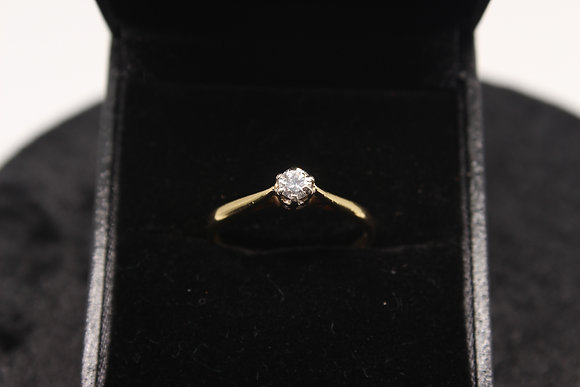 A 18ct gold diamond ring, size P, weighing 2.2g