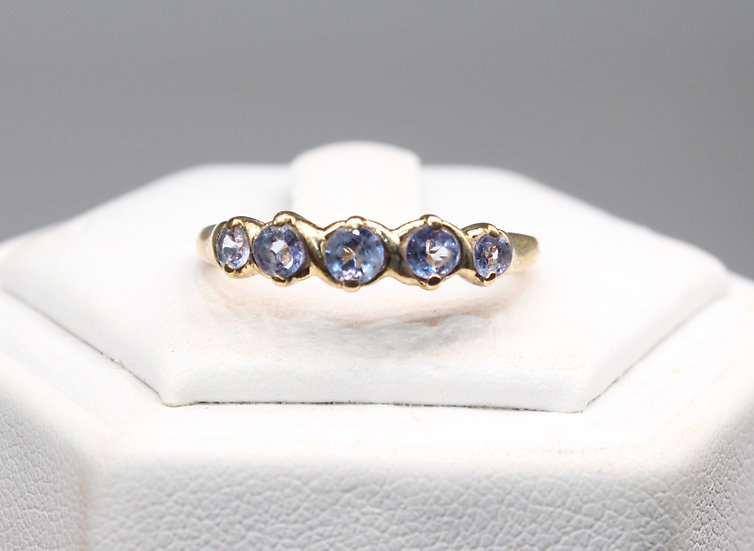 A 9ct gold ring, size M, weighing 1.7g